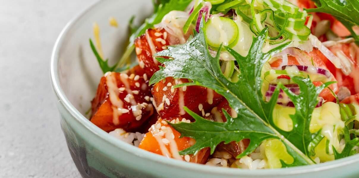 Poke bowl saumon mariné, pastèque et mizuna