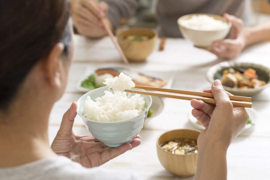 5 erreurs à ne pas commettre pour bien manger avec des baguettes