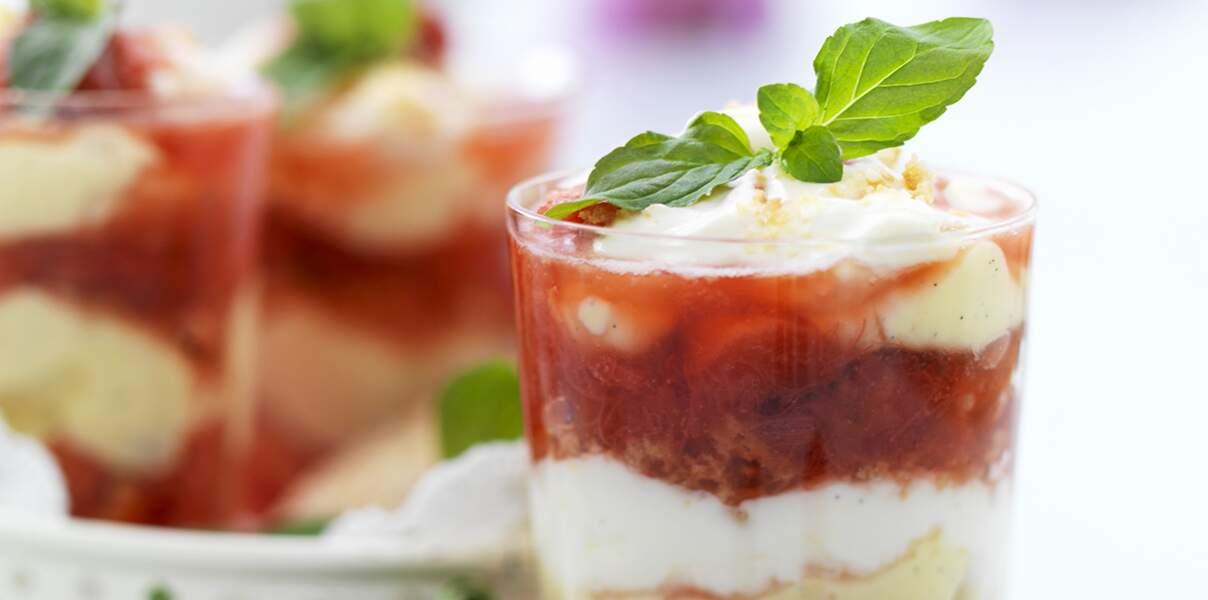 Trifle à la rhubarbe et aux fruits rouges