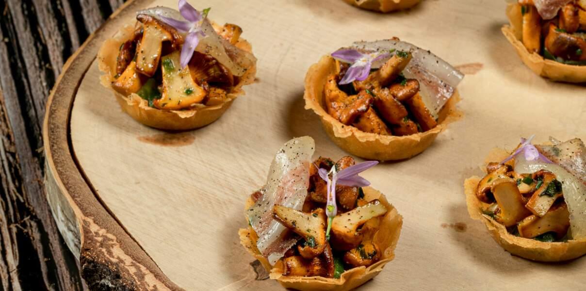 Tartelettes de girolles parfumées à l'ail des ours, ventrèche de porc