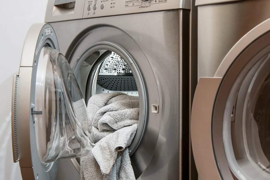 L'erreur que l'on fait tous avec la lessive (et qui abîme nos machines !)