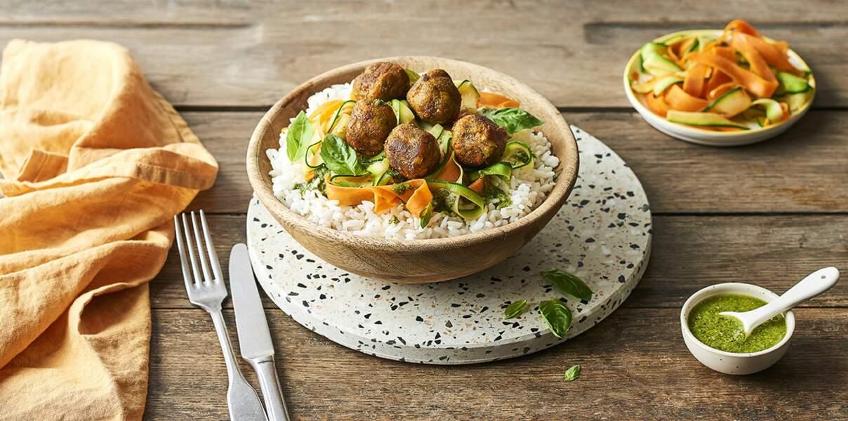 Boulettes de légumes, riz et tagliatelles de légumes au pesto