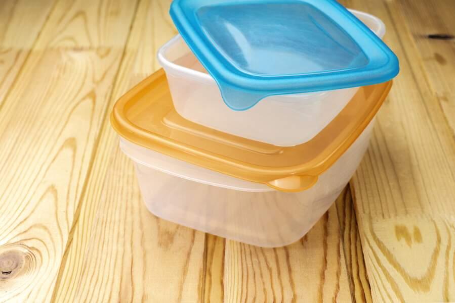 Les astuces efficaces pour dégraisser les contenants en plastique facilement