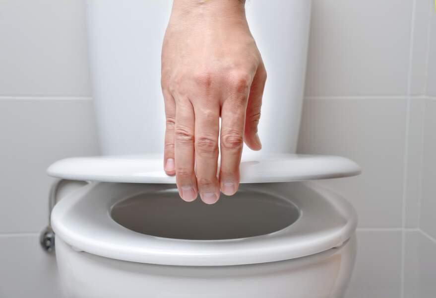 Pourquoi faut-il absolument baisser la lunette des toilettes ?