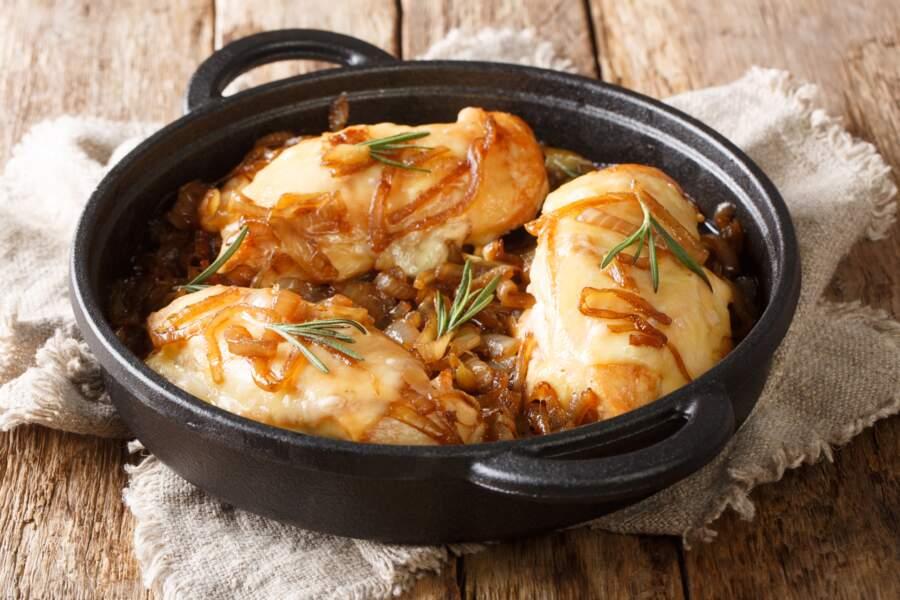 """""""Tous en cuisine"""" : la recette de la cocotte de volaille rôtie aux champignons, marrons et sauce vin jaune de Cyril Lignac"""