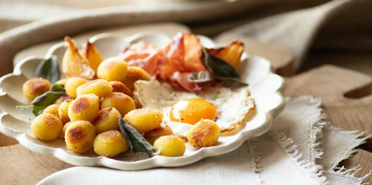 Poêlée motagnarde de gnocchi, œuf au plat, oignons caramélisés, lard et sauge