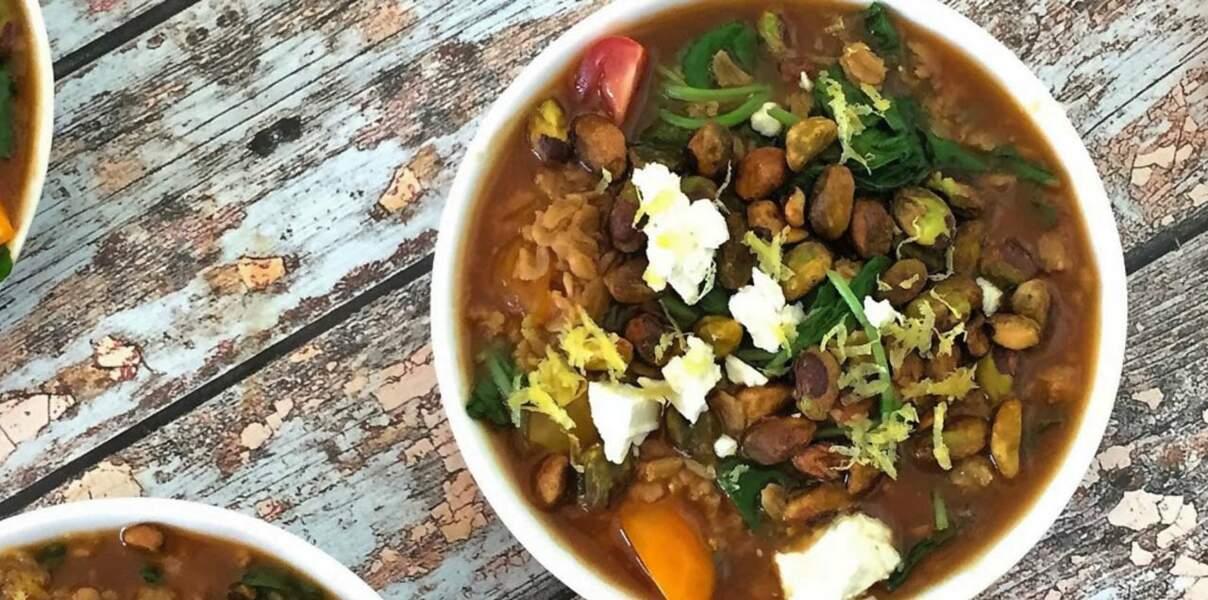 Gruau salé aux pistaches, chou kale, tomates raisins et feta