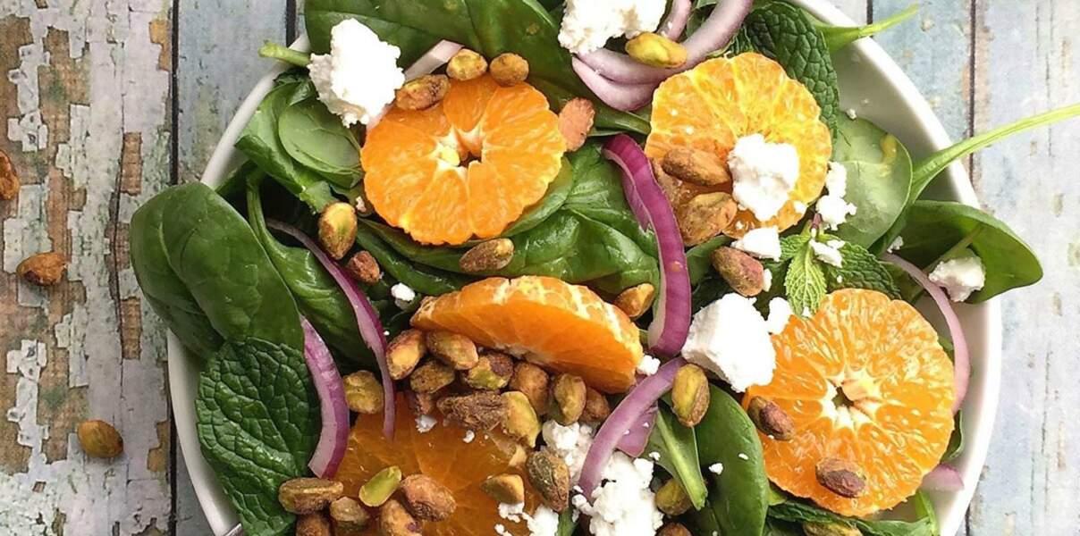 Salade d'épinards aux pistaches, mandarine, fromage de chèvre et menthe