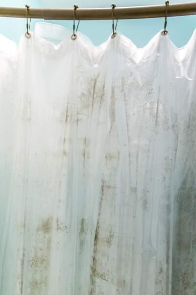 Comment bien nettoyer les rideaux de douche : nos astuces efficaces