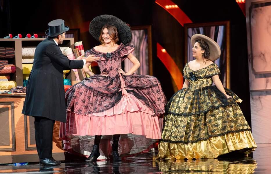 Ary Abittan, Carla Bruni et Inès Reg, en robes à crinoline.