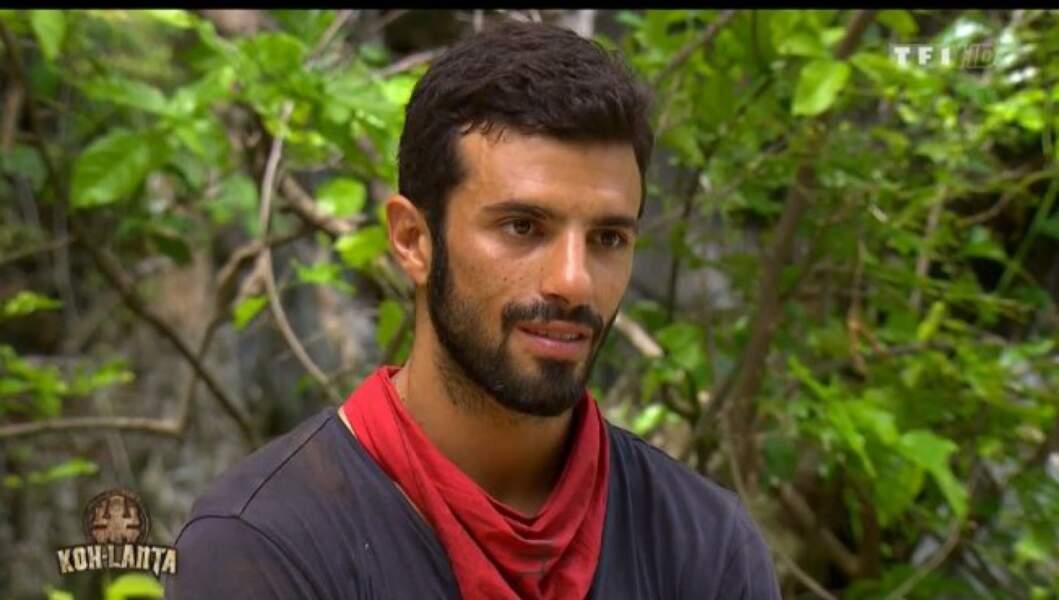 ... a pour adversaire, Romain, un entrepreneur de 28 ans, de la tribu des rouges.