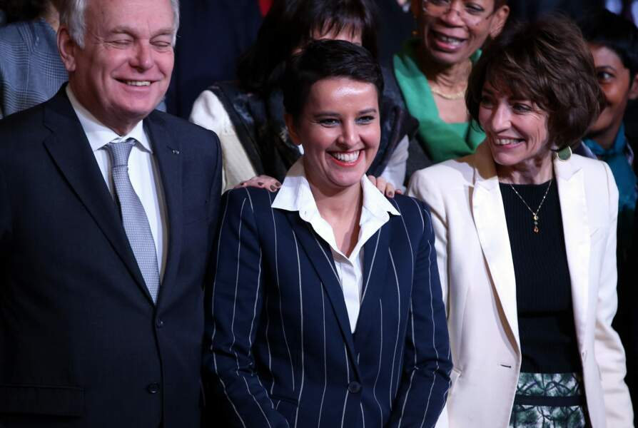 Jean-Marc Ayrault, ministre des affaires étrangères et du développement international, Najat Vallaud-Belkacem, ministre de l'éducation nationale, de l'enseignement supérieur et de la recherche et Marisol Touraine, ministre des affaires sociales et de la santé, lors de la photo de famille à l'issue du conseil des ministres au palais de l'Elysée à Paris, le 17 février 2016.