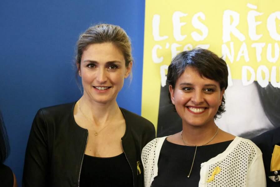 Julie Gayet et Najat Vallaud-Belkacem lors de la signature de la première convention entre le ministère de l'Éducation Nationale, de l'Enseignement Supérieur et de la Recherche et l'association Info Endométriose pour mieux sensibiliser élèves et personnels au ministère à Paris, le 27 juin 2016.