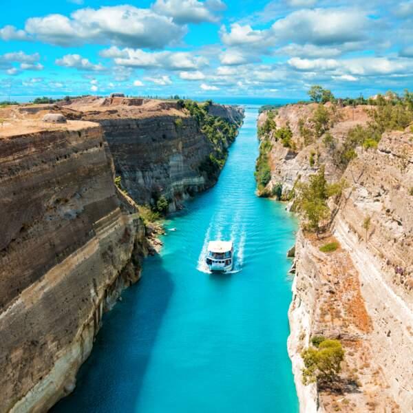 Le canal de Corinthe reliant la mer Ionienne à la mer Egée