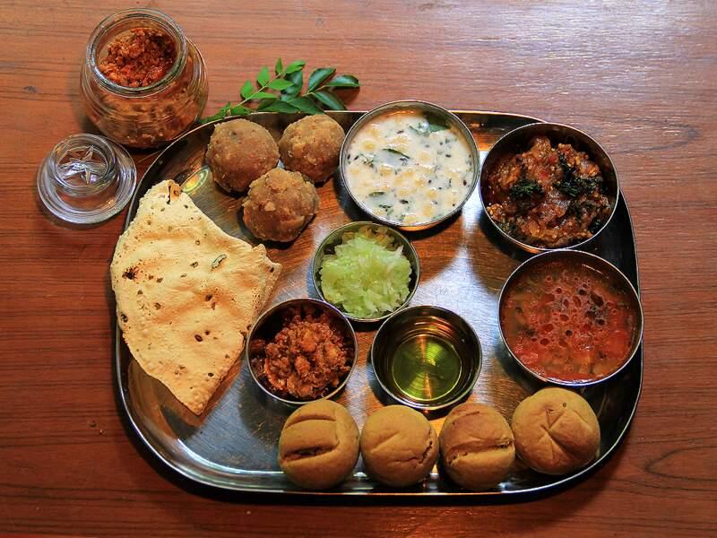 Le thali végétarien, un plat traditionnel à déguster avec les doigts