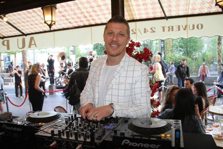 Jean-Édouard Lipa participe à Loft Story à l'âge de 20 ans. Il arrive en finale face à Christophe. Après l'émission, il se lance dans une carrière de DJ.