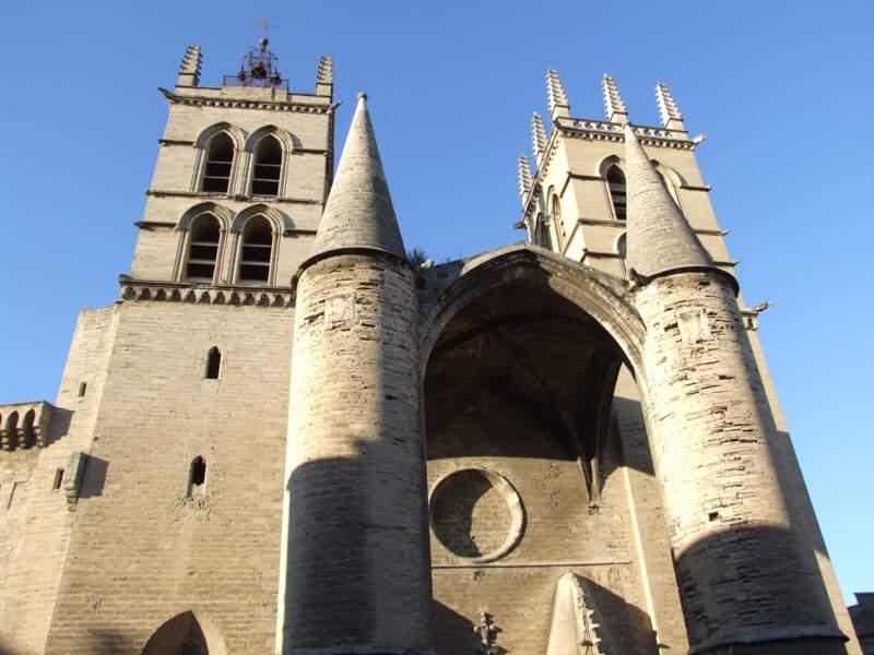 La cathédrale St-Pierre à l'allure de forteresse