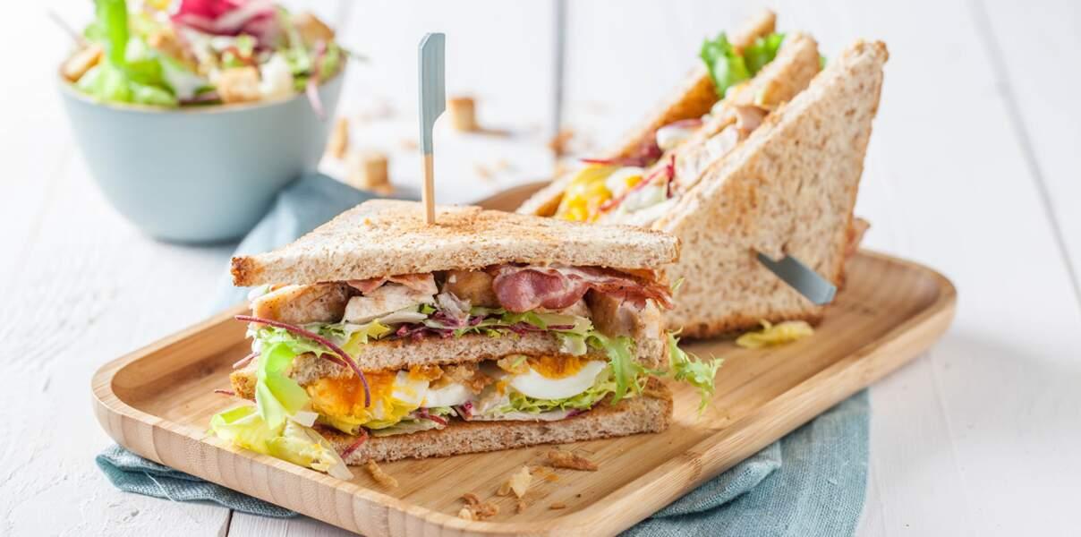 Club sandwich poulet, lard et œuf