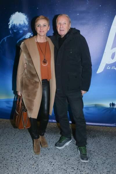 """Yves Rénier et sa femme Karin Rénier au photocall du spectacle """"Bô, le voyage musical"""" de Catherine Lara et Giuliano Peparini,  au théâtre du 13ème Art à Paris, le 9 mars 2018."""