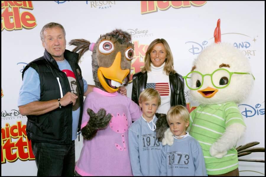"""Yves Rénier et sa femme Karin, accompagnés de leurs enfants, Jules et Oscar, à l'avant-première du film """"Chicken Little"""", à Eurodisneyland, à Paris."""