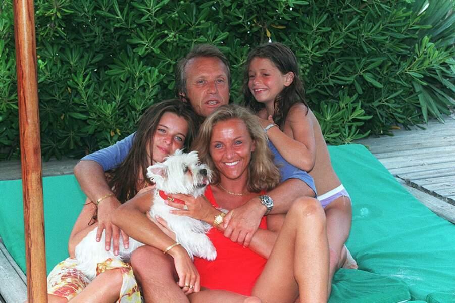 Yves Rénier entouré de ses filles, Samantha et Lola, et de sa compagne Karin, en vacances à Saint-Tropez, en 1995.
