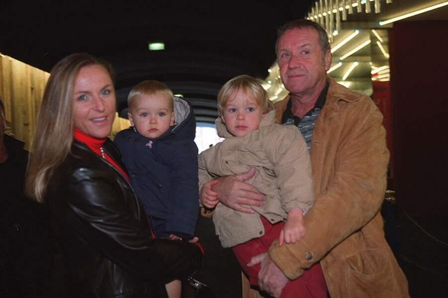 Yves Rénier et sa femme Karin, avec leurs enfants Oscar, né en 2000, et Jules, né en 1997.