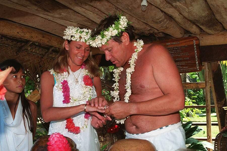 Mariage d'Yves Rénier et de Karine Graber, à Bora-Bora, dans le nord-ouest de Tahiti, le 18 juin 1996...
