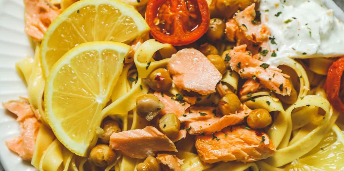 Tagliatelles au saumon, sauce citron, pois chiches et tomates rôties à l'ail