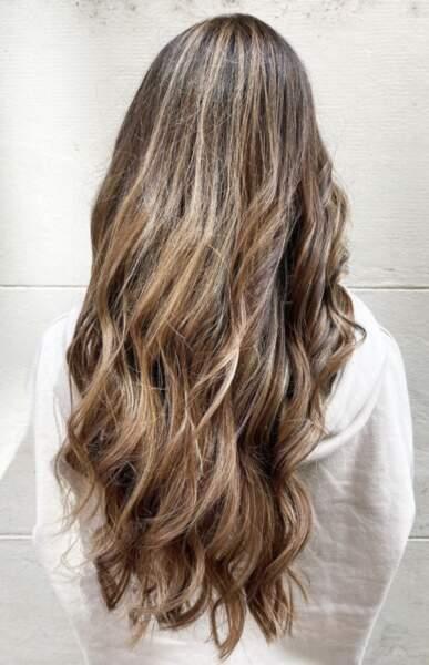 Wavy hair noisette