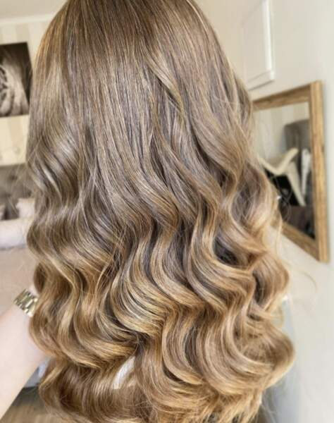 Wavy hair châtain