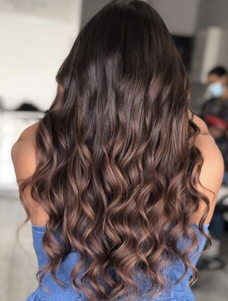 Wavy hair sublimés par des reflets cuivre