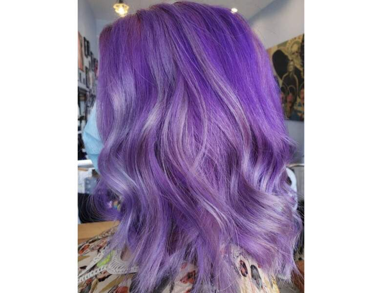 Cheveux violets vif