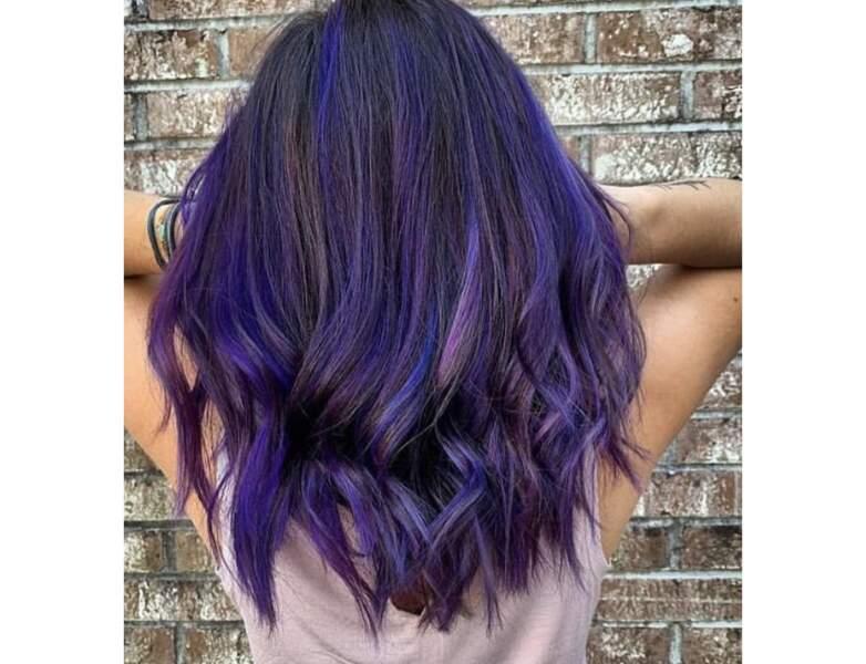 Cheveux violets sur une base noire