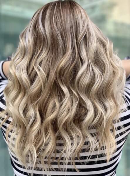 Wavy hair blond
