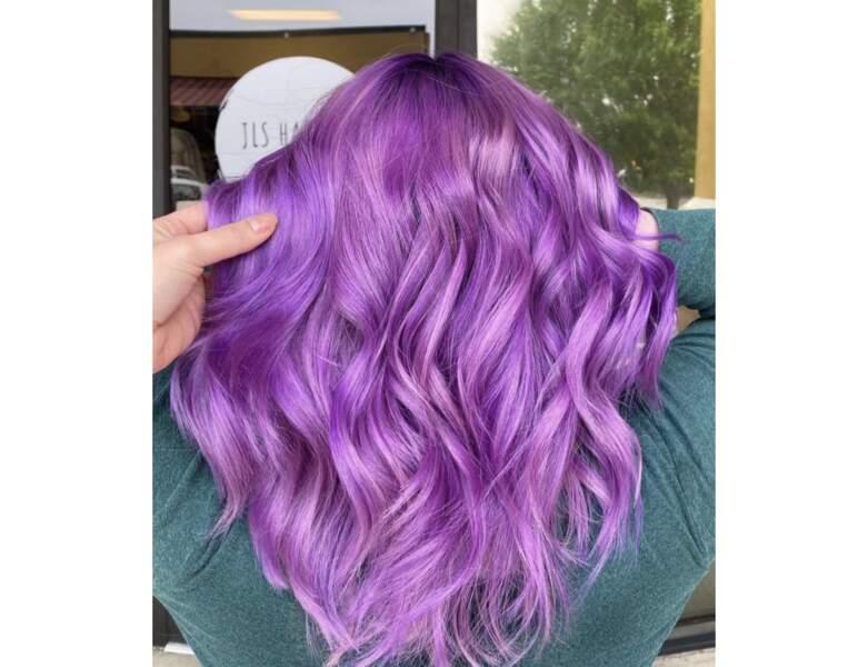 Cheveux violets prononcé