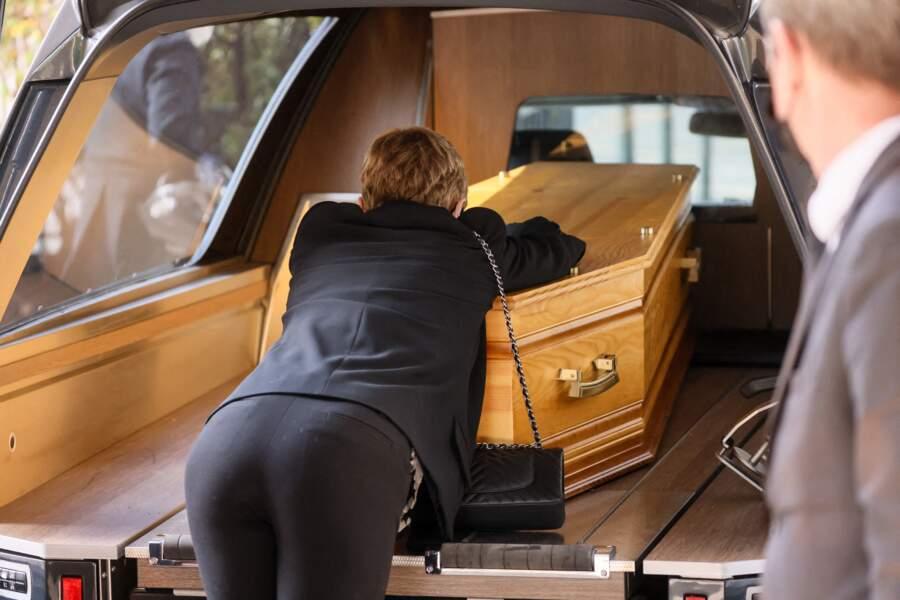 Karin Rénier sur le cercueil de son mari