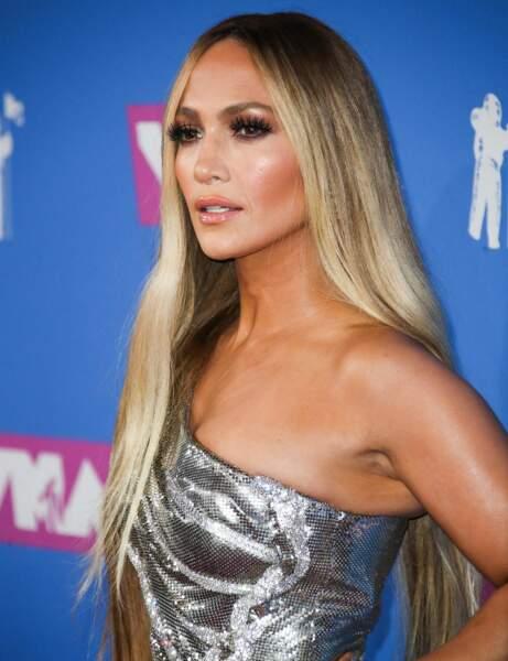 Des cheveux longs et lisses comme Jennifer Lopez