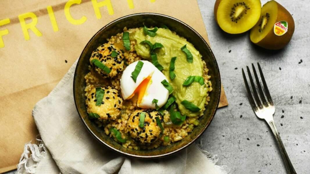 Lunch bowl aux kiwis jaunes, tofu et avocat