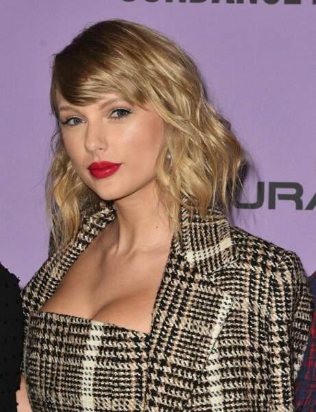 Le carré long avec mèche sur le côté de Taylor Swift