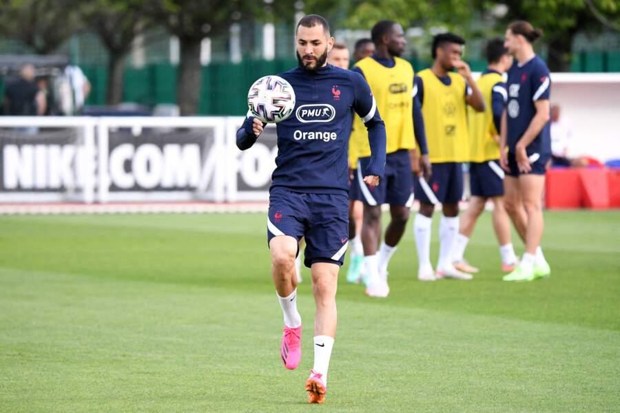 Karim Benzema, qui fait son grand retour dans l'équipe de France, est marié au mannequin Cora Gauthier. Ils ont ensemble un fils prénommé Ibrahim, né en 2017.