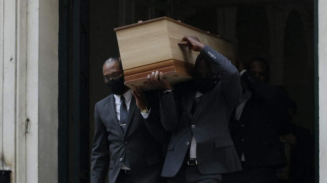 Le cercueil du défunt à la sortie des obsèques de la journaliste Jacqueline Caurat
