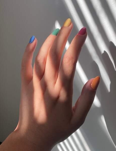 Une manucure couleurs primaires
