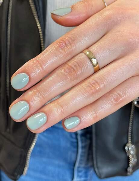 Des ongles vert d'eau