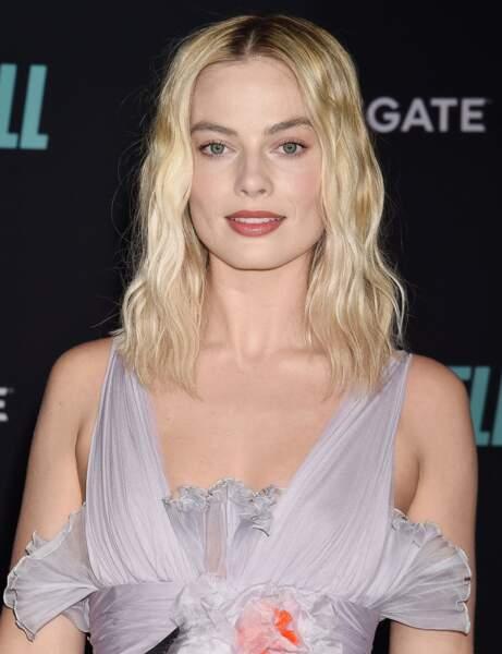 Les cheveux ondulés façon sortie de plage comme Margot Robbie