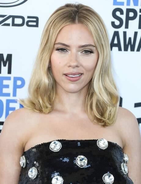 La coupe mi longue rétro de Scarlett Johansson