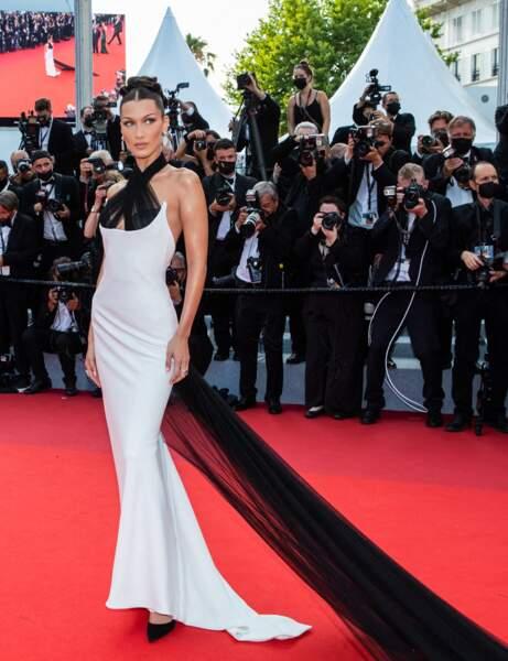 Cannes 2021 : Bella Hadid en noir et blanc
