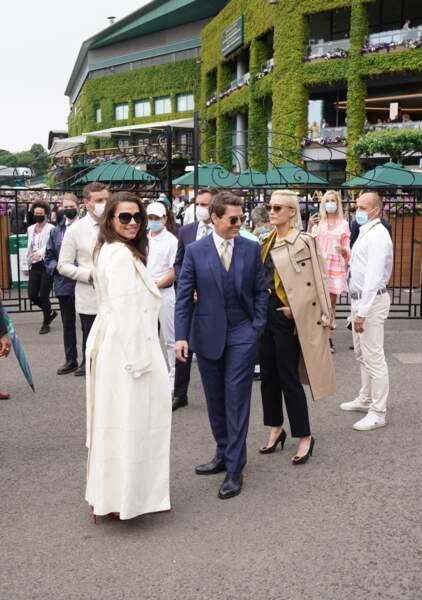 Tom Cruise, Pom Klementieff et Hayley Atwell, juste avant d'entrer dans les tribunes, pour assister à la finale Dames de Wimbledon.