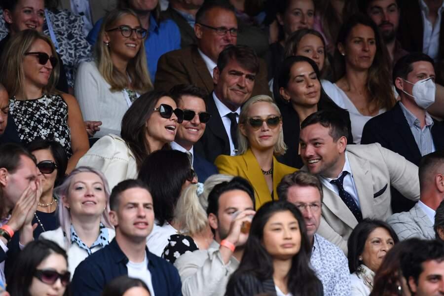 Tom Cruise et Hayley Atwell, dans les tribunes, en pleine discussion avec Pom Klementieff.
