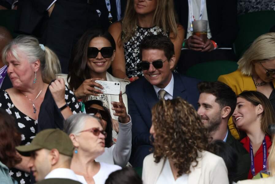 Tom Cruise et Hayley Atwell pris en selfie par une admiratrice dans le public.