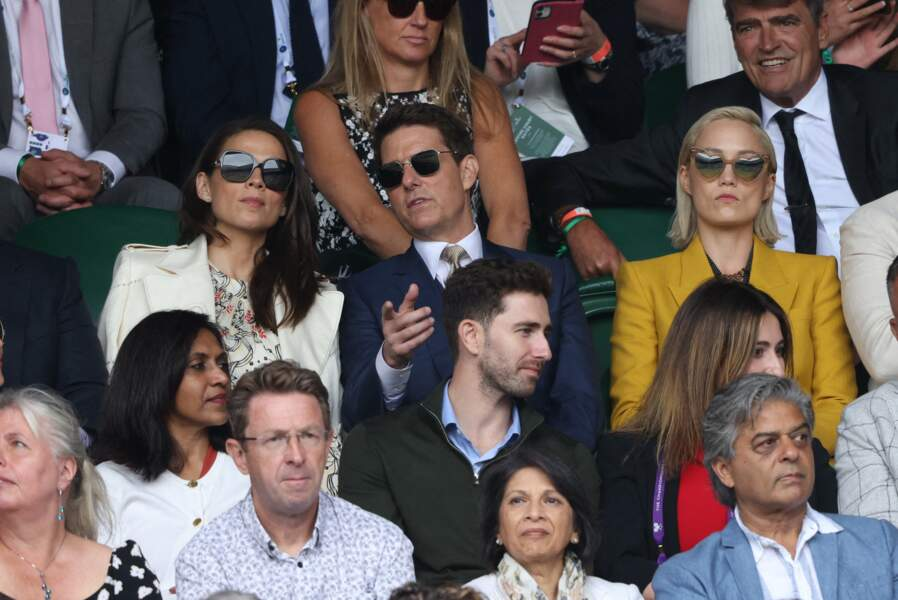 Tom Cruise et Hayley Atwell, dans les tribunes, assistent à la finale Dames au tournoi de Wimbledon, le 10 juillet 2021.